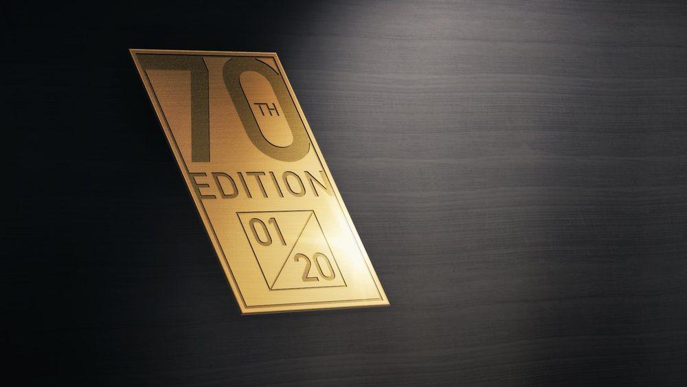 Morgan fabricará solo 20 unidades de este Plus 4 70th Anniversary, que adquiere detalles únicos como unas placas especiales, un chasis pintado en color oro... Por cierto, todos están vendidos.