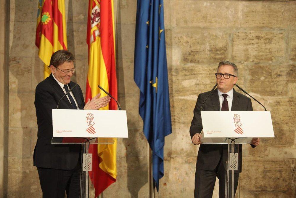 Stuart Rowley, presidente de Ford Europa, y Ximo Puig, presidente de la Generalitat Valenciana, durante el anuncio de la inversión.