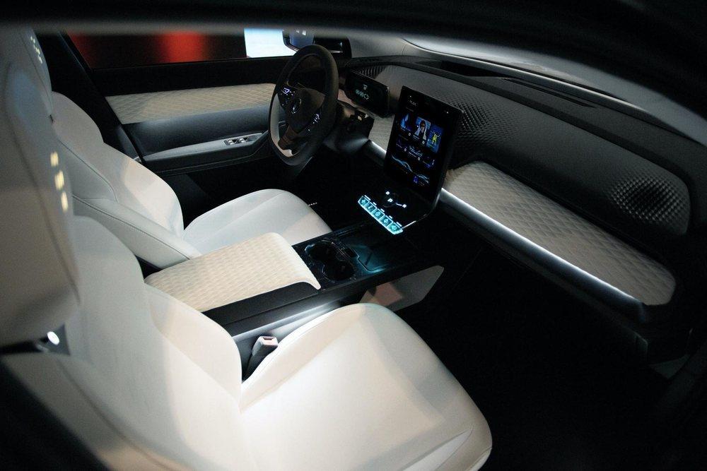 Su espacioso habitáculo presume de tecnología, porque tendrá pantalla central de 16 pulgadas, cuadro digital de 9,8 pulgadas, Head-Up display...