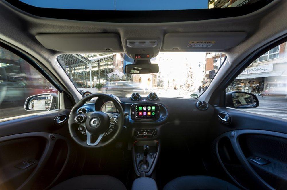 En el interior cambian pocas cosas frente a su antecesor. Si bien hay una nueva consola central, iluminación ambiental... Esta pantalla de 8 pulgadas llegará más adelante a los Smart EQ, que parten de 24.450 euros en España.