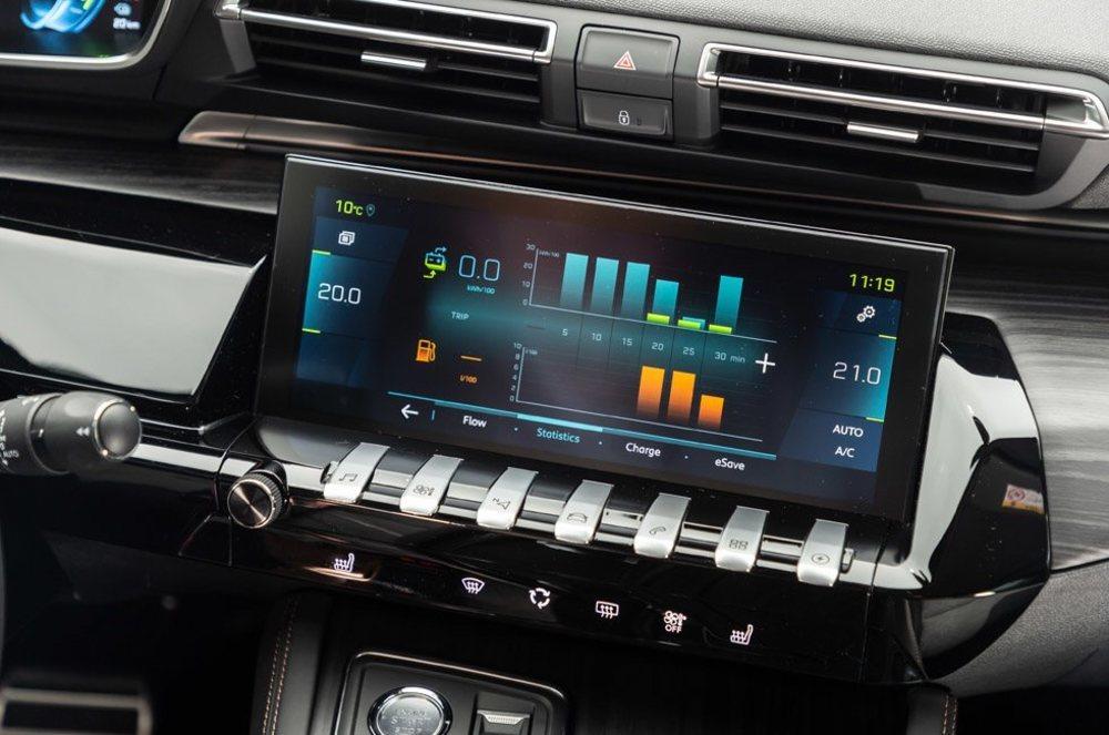 Tanto los 3008 como los 508 con mecánica híbrida enchufable lucen unas pantallas específicas que nos mantienen informados del estado de su mecánica. Todos pierden algo de capacidad de maletero.