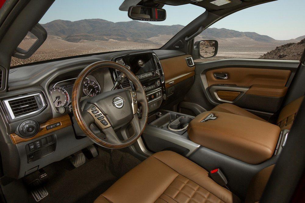 Además de recibir cambios estéticos y mecánicos, los actualizados Nissan Titan ahora equipan el sistema Nissan Safety Shield 360 de serie. Dentro ahora hay un cuadro de instrumentos nuevo y una pantalla central de 8 o 9 pulgadas.