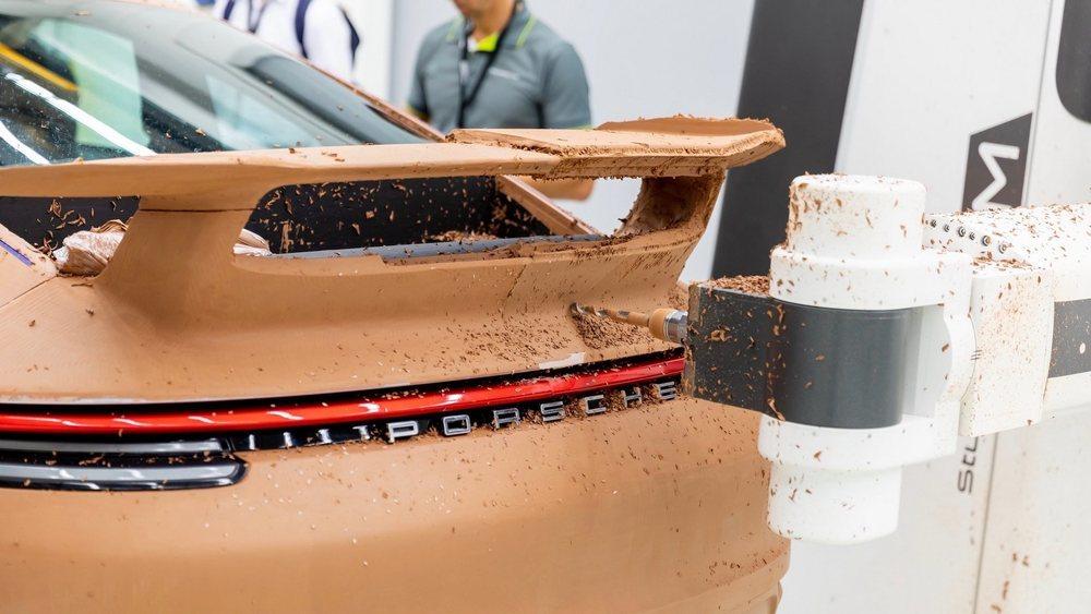 El departamento Exclusive Manufaktur ha ideado este nuevo kit aerodinámico para los Porsche 911. Denominado Aerokit, solo está disponible para las versiones Coupé y tiene un precio de 6.490 euros.