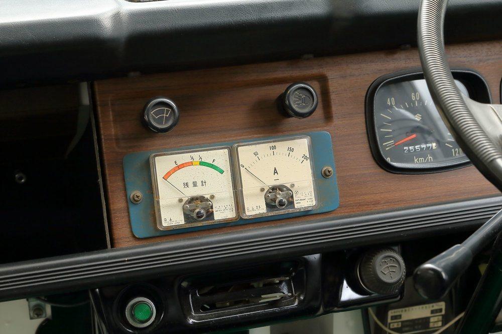 Estos son los sencillos relojes que informaban del estado de la batería de este Suzuki Carry Van, el primer vehículo eléctrico de la firma nipona. Tenía una autonomía de 50 kilómetros y alcanzaba 45 km/h.