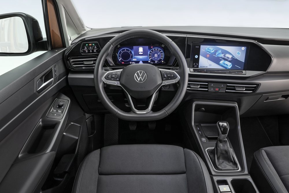 Esta quinta generación tiene cuadro de instrumentos digital y su pantalla central puede ser de hasta 10 pulgadas. Sorprenden sus mandos digitales para las luces, los asientos ergonómicos...