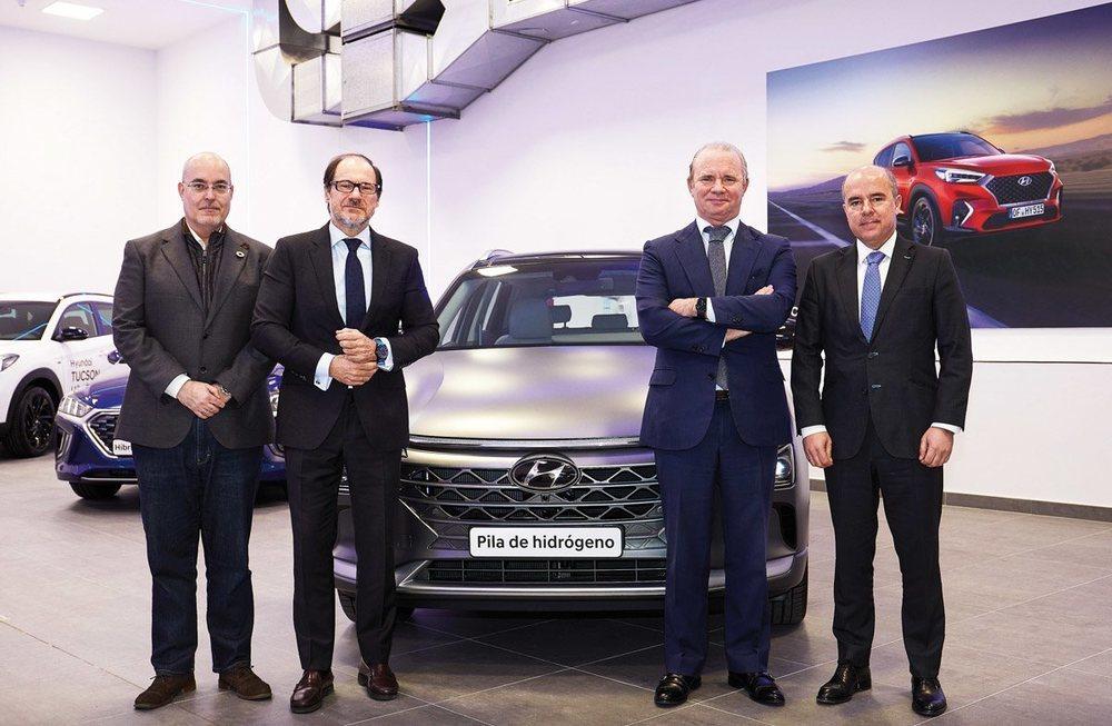 Arturo Pérez de Lucía, director general de AEDIVE; Mariano González Sáez, viceconsejero de Medio Ambiente de la Comunidad de Madrid; Leopoldo Satrústegui, director general de Hyundai Motor España, y Jaime de Jaraíz, CEO y presidente de LG Iberia, en la inauguración del Hyundai Ecostore de Cobendai.