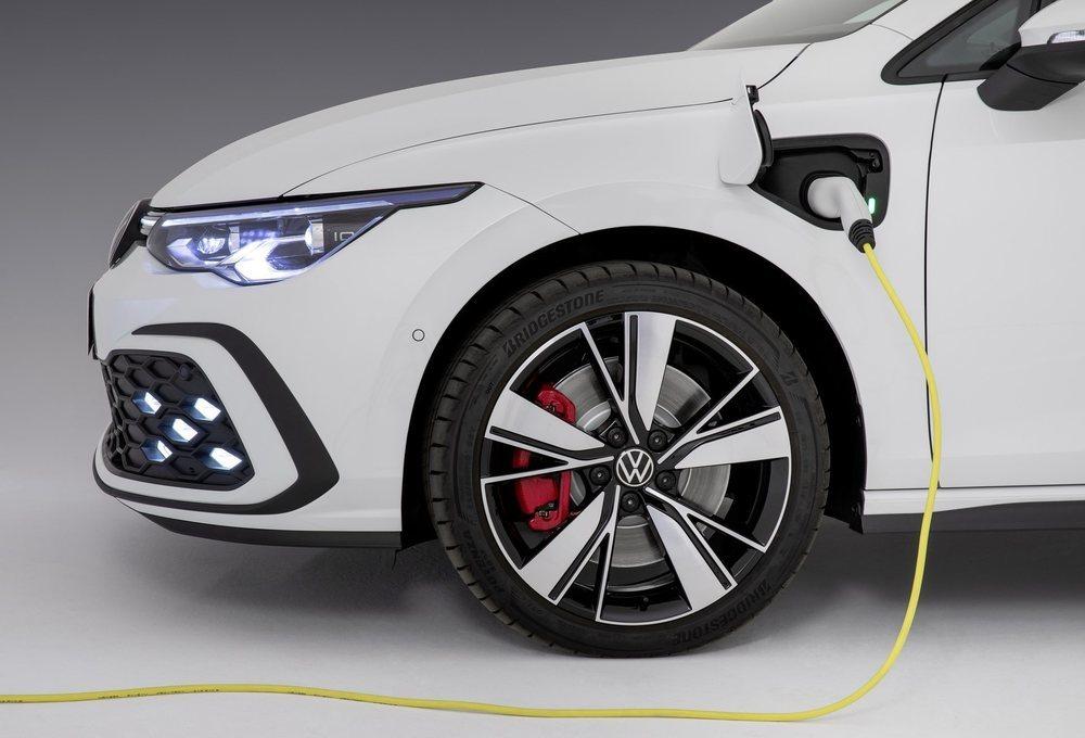 El nuevo Golf GTE tiene unas baterías con 13,0 kWh de capacidad, las cuales le permitirán recorrer hasta 60 kilómetros en modo eléctrico. Esta versión eroga en total 245 CV de potencia.