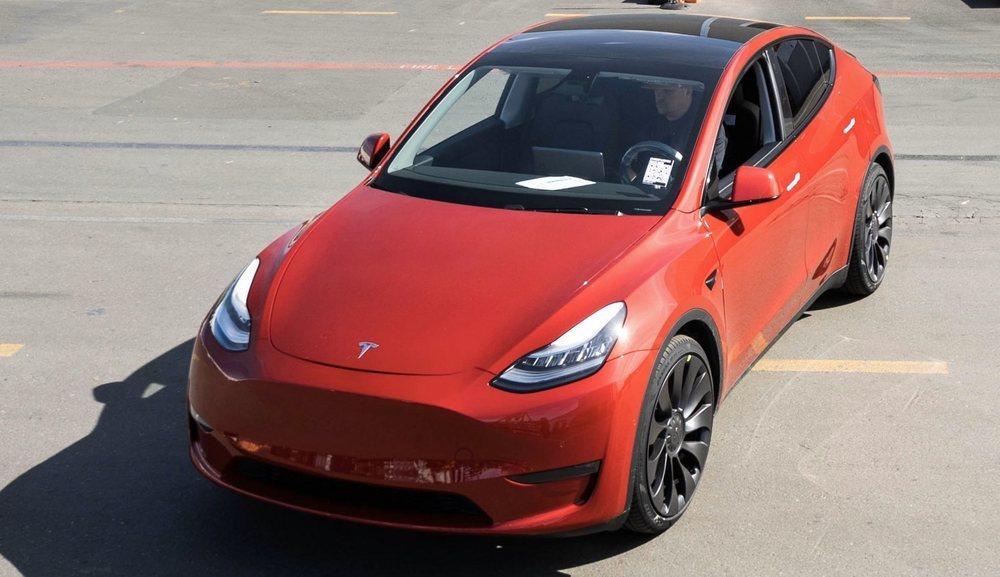 Este Tesla Model Y acabado en color Multi-Coat Red se ha convertido en el Tesla 1.000.000. Ha salido de su factoría de Palo Alto en California.