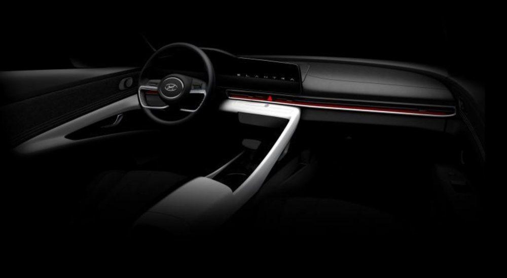 Este boceto adelanta las futuras líneas interiores de la séptima generación del Hyundai Elantra, que no llegará a Europa. Luce una gran pantalla central que simplifica los mandos y su volante lo hereda del Sonata.