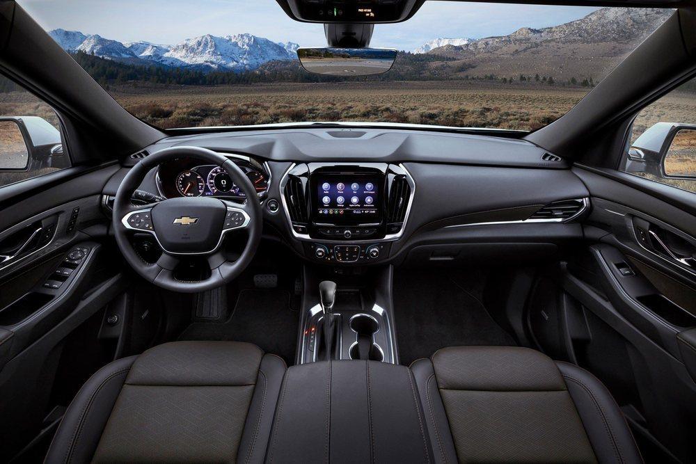 En el interior de este actualizado Chevrolet Traverse hay una pantalla central con más tecnología y un cuadro de instrumentos que suma otra pantalla de 8 pulgadas.