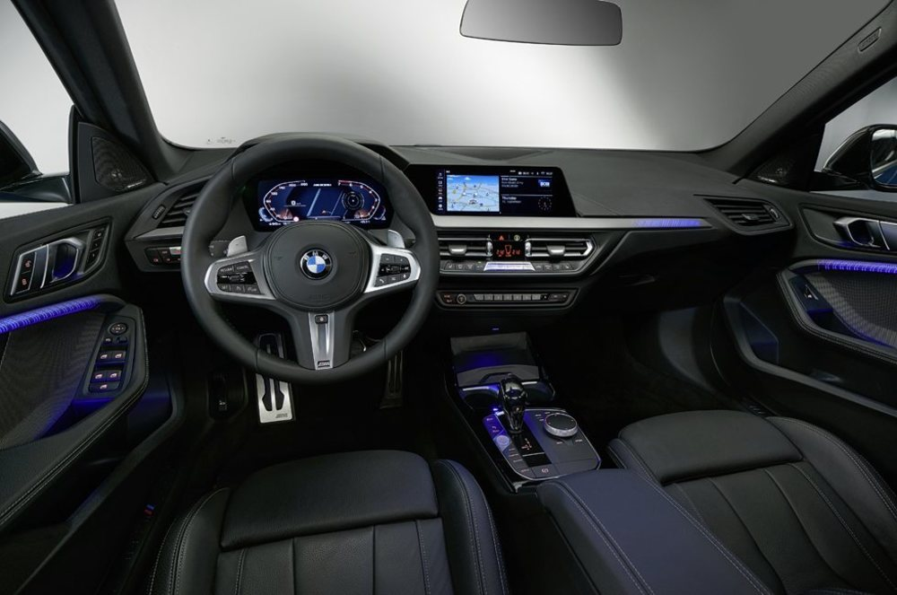 La presentación interior es calcada a la del BMW Serie 1, con el que comparte plataforma, distancia entre ejes, espacio interior... Está bien equipado, pero relega muchos elementos tecnológicos a su lista de opciones.