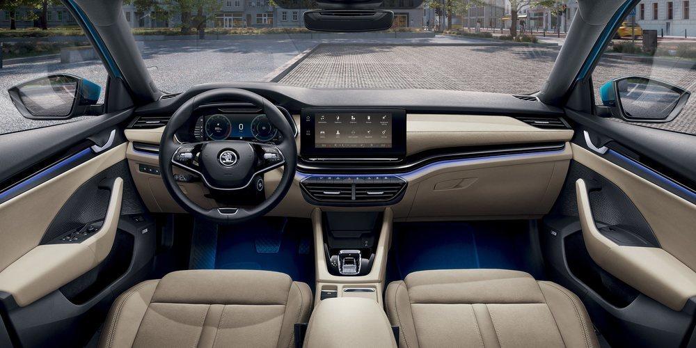 Sorprende la presentación interior del nuevo Skoda Octavia, que en los Style ya cuentan con cuadro Virtual Cockpit de serie. En estos el Head-Up display cuesta 665 euros, mientras que el tapizado en cuero son 1.420 euros.