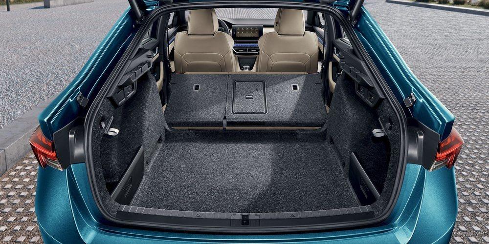 El nuevo Octavia presume de amplitud interior, además de tener un maletero que arranca en 600 litros de capacidad. En el caso de los Combi, este crece hasta los 640 litros. Pueden tener rueda de repuesto en opción.