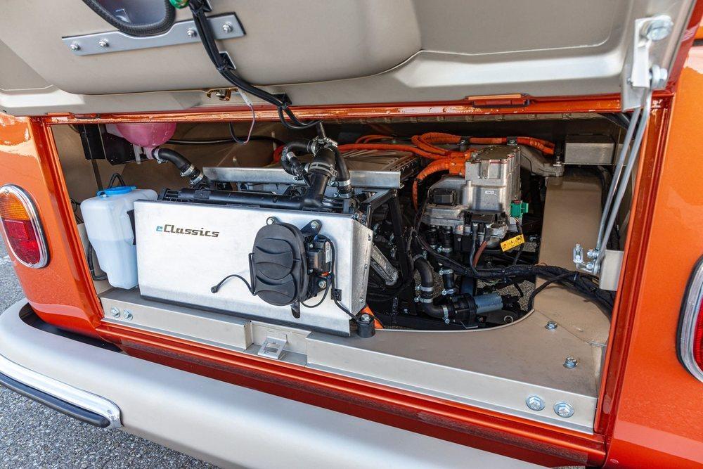 El sencillo motor bóxer original deja paso al motor eléctrico de un Volkswagen e-Up! y a un paquete de baterías con 45 kWh de capacidad. Ahora es más rápido que el original y tiene 200 km de autonomía.