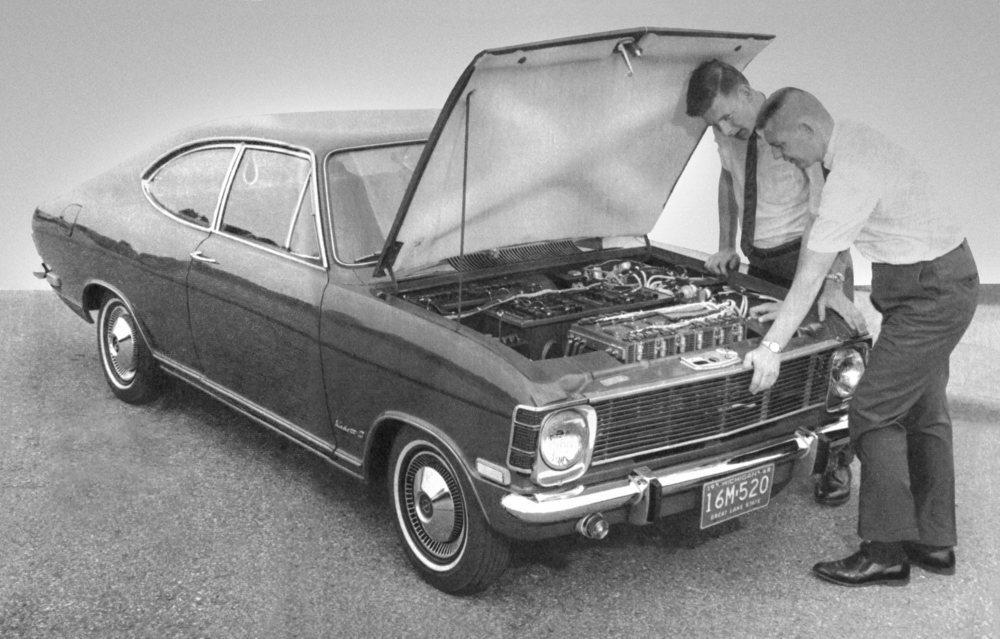 Con este Kadett B comienza todo en 1968, pues en la parte delantera tenía unas baterías que se cargaban con la energía proveniente de un motor térmico colocado en la parte posterior. El primer eléctrico de autonomía extendida de la historia.