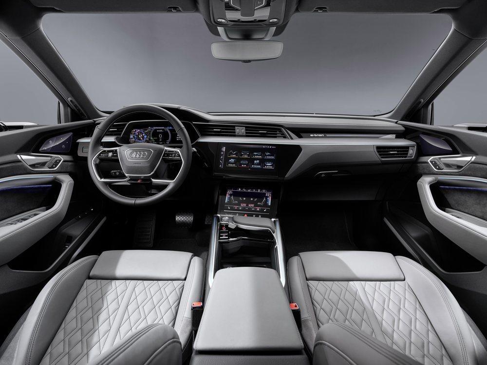 La presentación interior es calcada a la de los e-tron ya conocidos. El Audi Virtual Cockpit es de serie a partir del acabado Advanced, así como el sistema de navegación. Cualquiera ofrece como opción los espejos retrovisores digitales, que mejoran su aerodinámica.