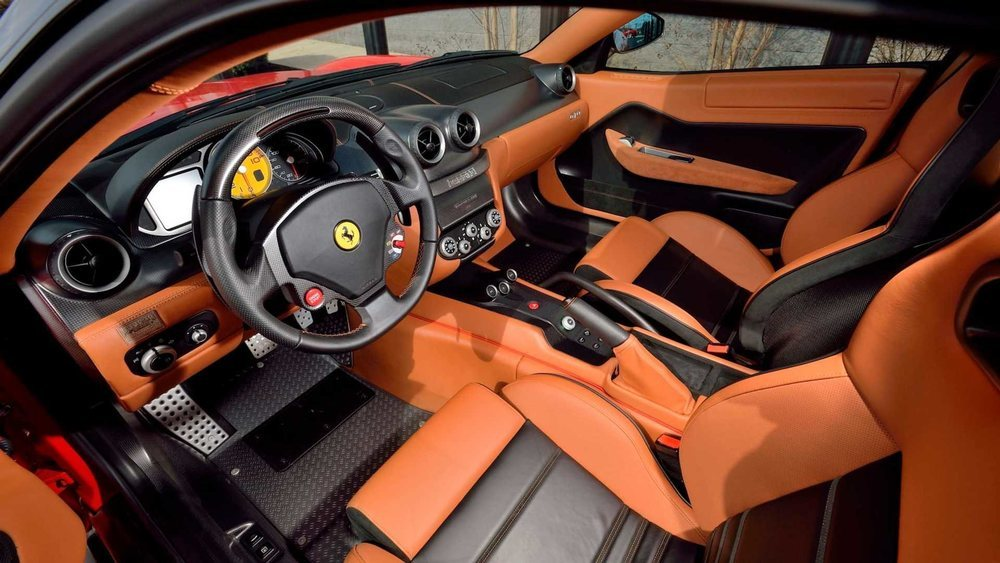 Sus asientos, con estructura de carbono, se visten con cuero de color negro y canela, como el resto de su habitáculo. Está prácticamente a estrenar, porque este 599 GTO tiene apenas 270 kilómetros.