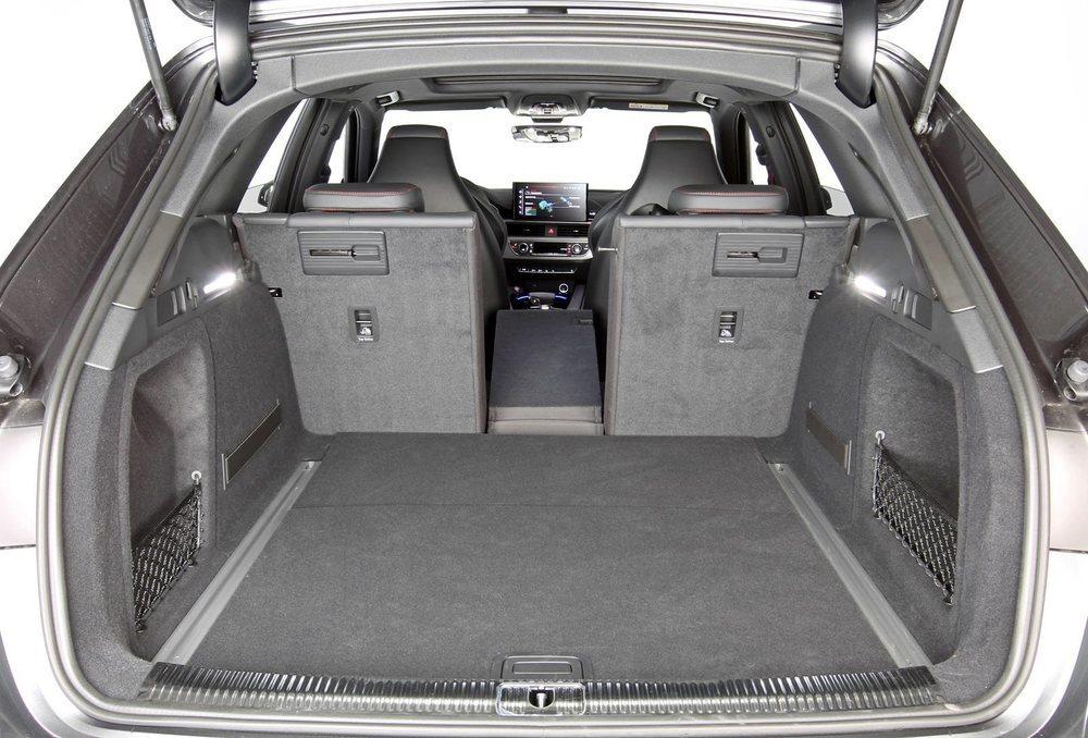 Audi Sport 'disfraza' de inofensivo y práctico familiar su RS4. Esta criatura presume de prestaciones, pero también tiene un maletero que oscila entre 495 y 1.495 litros, que tiene portón eléctrico de serie, así como respaldo abatible en partes 40:20:40.