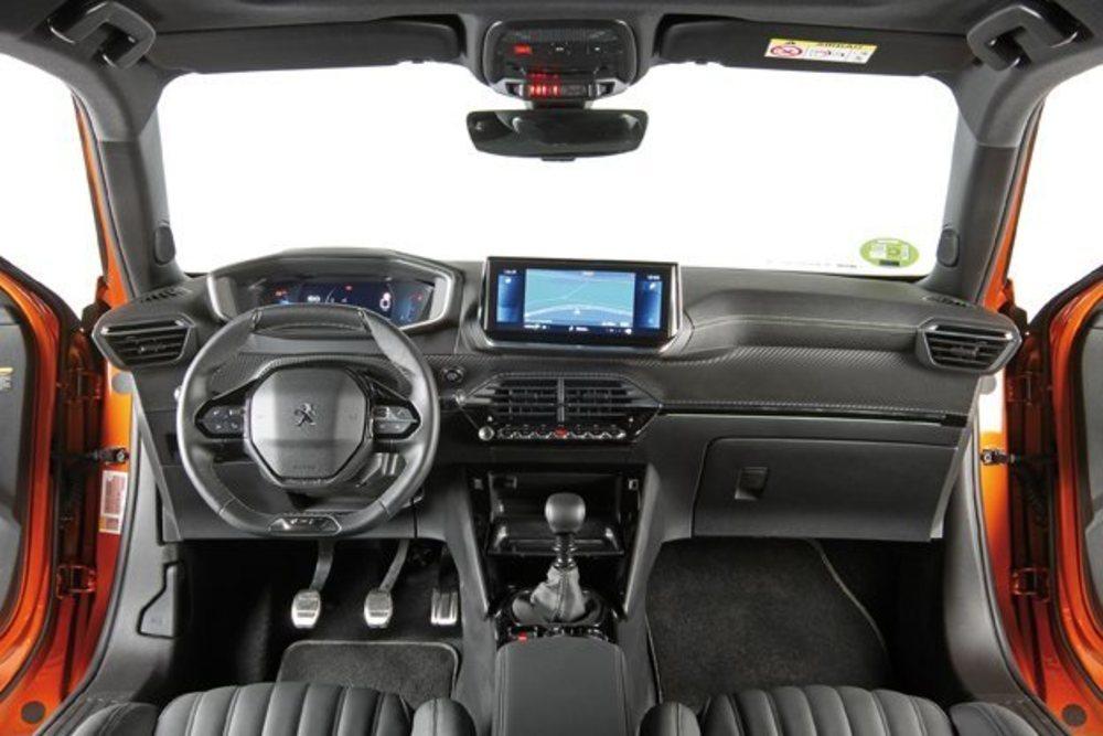 Como los últimos modelos de la firma francesa apuesta por el i-Cockpit, en este caso con una nueva pantalla 3D. Hay buenos materiales y ajustes, pero la ergonomía debería ser mejor y que la pantalla facilitara algunas funciones.