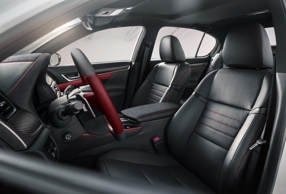El interior de esta edición especial del Lexus GS es realmente llamativo y combina el cuero negro con acentos en rojo Rioja. También hay fibra de carbono y un juego de maletas de viaje ideado para la ocasión.
