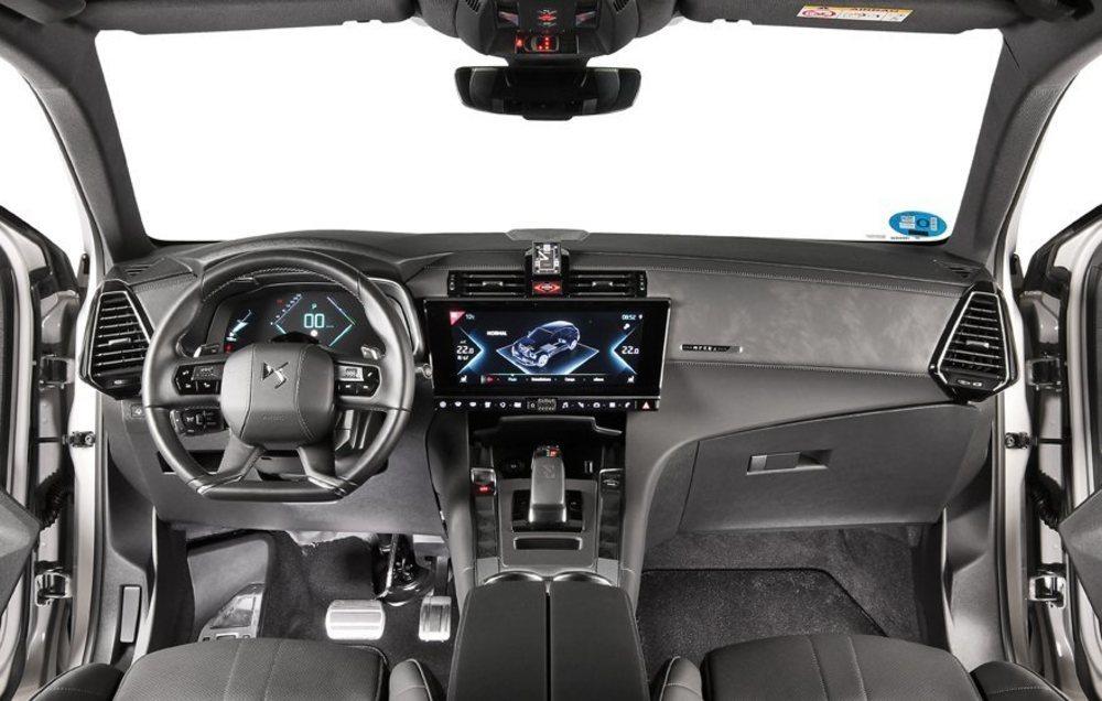 DS emplea en el interior buenos materiales y ajustes, pero hay que reconocer que algunos mandos o botones no tienen ni la ubicación, ni la forma adecuada, pues se ha tenido muy en cuenta el diseño. La amplitud es buena y su maletero tiene 555 litros.
