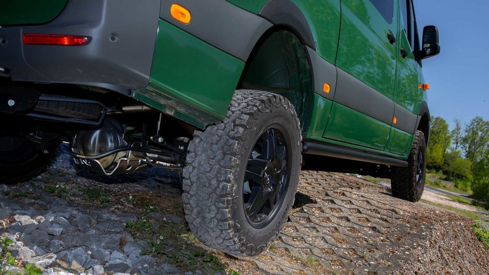 Con placas de aluminio de 8 milímetros de espesor se fabrican estas protecciones para los bajos del Mercedes-Benz Sprinter 4Matic, que es capaz de salir airoso de las situaciones más complicadas que se le presenten.