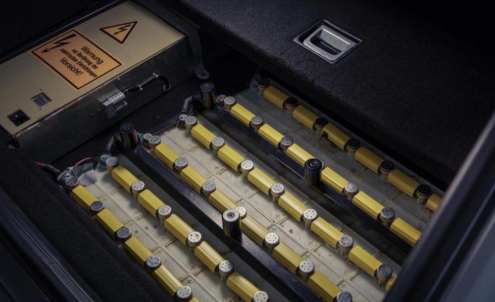 Estas eran las baterías que utilizaba este Audi 100 Avant quattro Duo. Eran de níquel-cadmio y se podían cargar en un enchufe, con un panel solar en el techo o con la energía de las frenadas. Y le otorgaban 38 kilómetros de autonomía eléctrica.