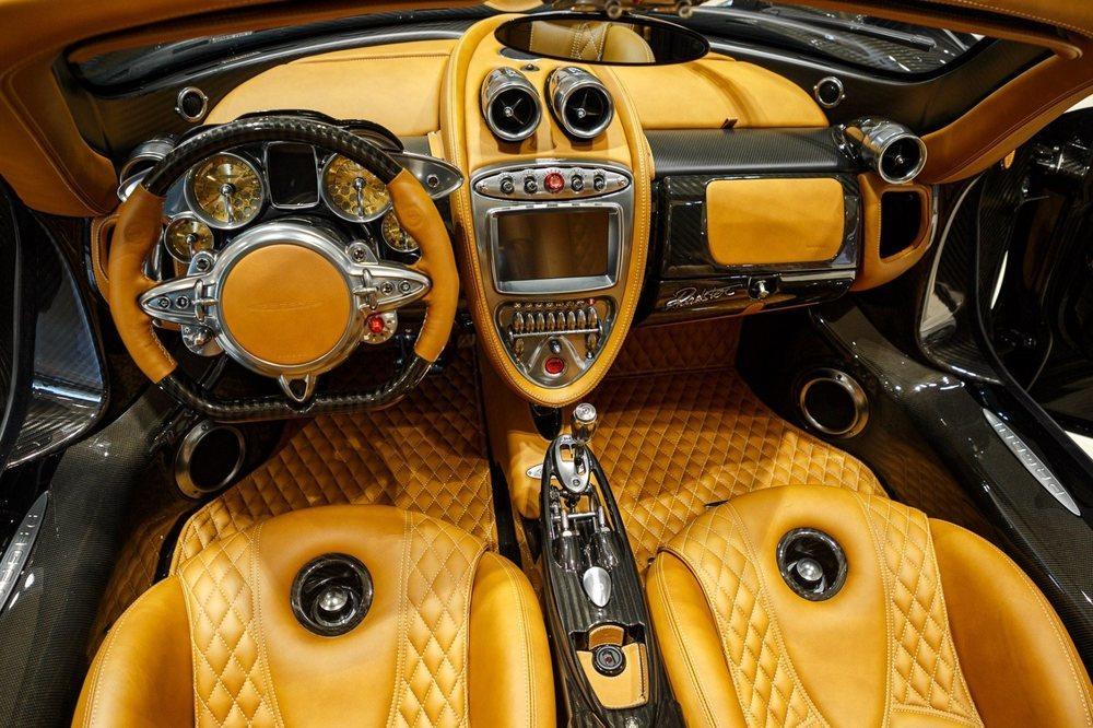Este impresionante Huayra Roadster fue exqusitamente personalizado por su propietario, quien eligió cuero canela para su interior, donde también hay piezas en aluminio y fibra de carbono.