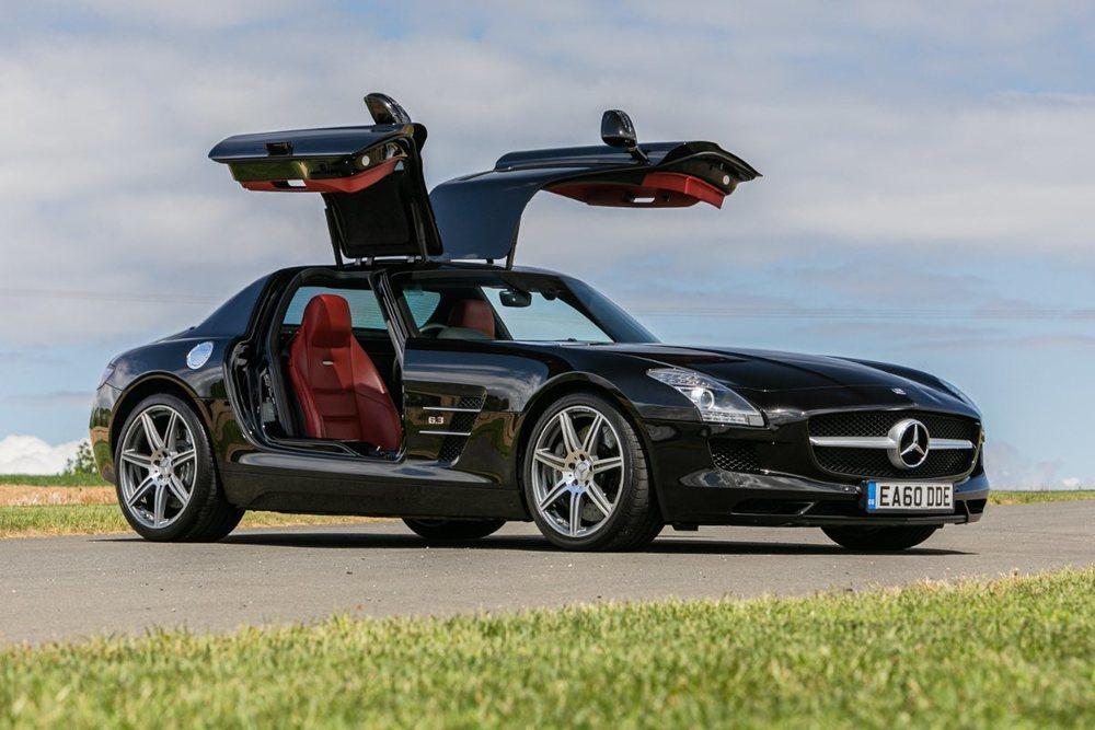 Este impresionante Mercedes-Benz SLS AMG apenas tiene 20.000 kilómetros y podría llegar a costar unos 156.000 euros al cambio actual. Acabado en Obsidian Black, luce un interior en cuero Classic Red.