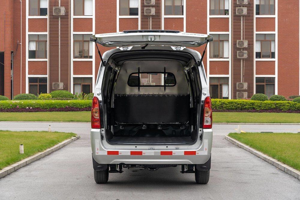 Aunque mide 4,49 metros de largo, este vehículo comercial ofrece hasta 5,1 metros cúbicos de espacio de carga, lo que no está nada mal. Y lo hay en versión Kombi, que tiene espacio para siete ocupantes.