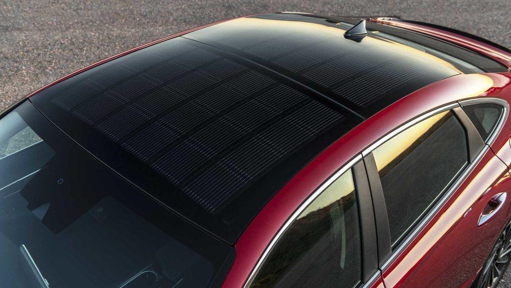 Por primera vez en Hyundai hay un techo equipado con paneles solares. Es exclusivo del nivel de acabado Limited y aseguran que tras seis horas bajo el sol genera energía para poder circular unos tres kilómetros en modo eléctrico.