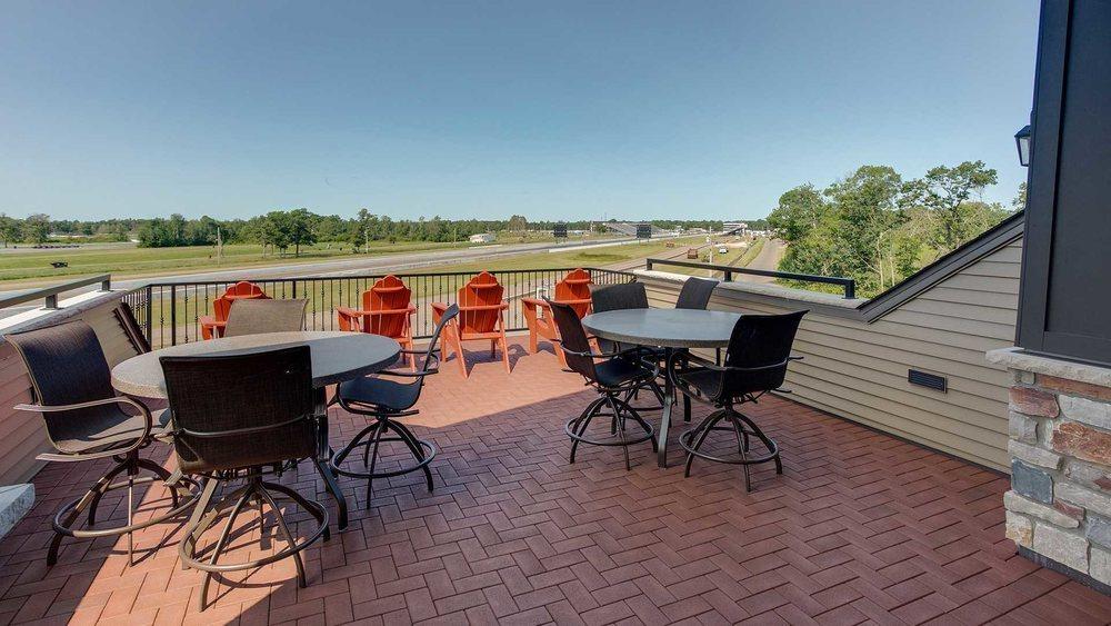 Desde esta impresionante terraza ubicada en la planta superior de tu garaje de lujo puedes ver en su totalidad el circuito de Brainerd, que tiene hasta cinco kilómetros de recorrido.