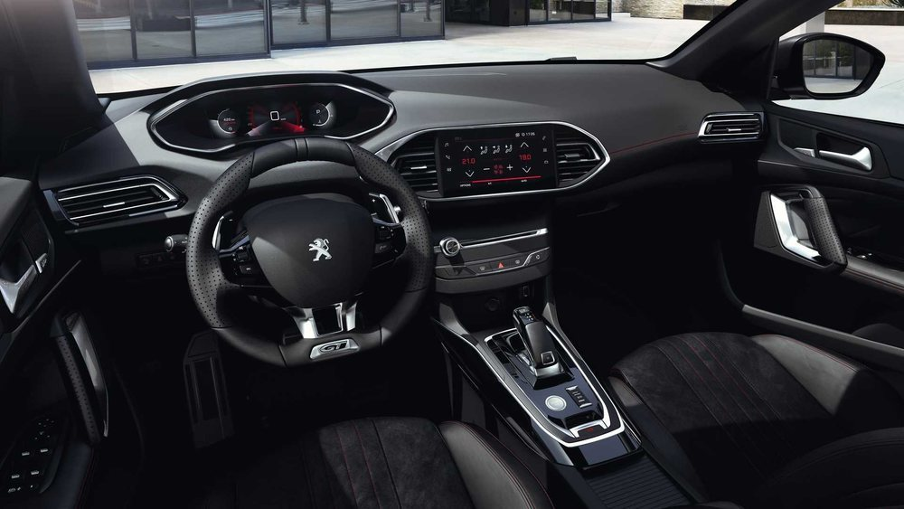 De los 208 y 2008 hereda el i-Cockpit digital, que reemplaza a sus dos diales analógicos usados hasta la fecha. Esta pantalla tiene 10 pulgadas y se combina con una nueva central que ahora es capacitiva.