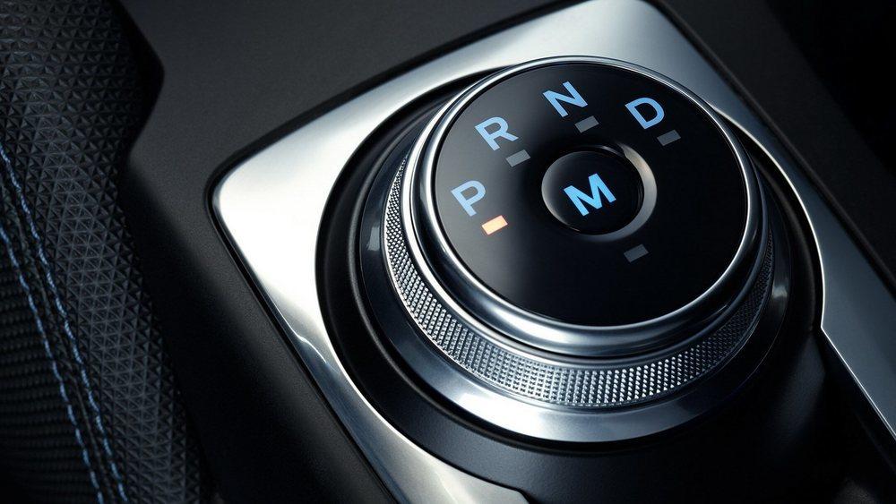 En vez del habitual selector del cambio, estos Focus ST automáticos lucen este selector giratorio en la consola central, pero añaden levas en el volante para poder cambiar en modo secuencia. Curiosamente son más lentos acelerando que los manuales.