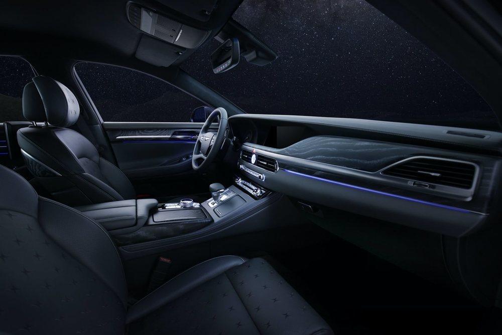 En el interior de este Genesis G90 Stardust hay un suave cuero de color negro con unos motivos creados para la ocasión. Tampoco desentonan sus acentos metálicos o las molduras de madera de poro abierto.