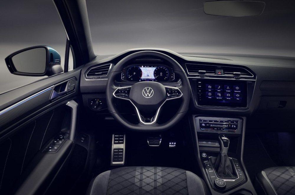 Además de nuevas pantallas de hasta 9,2 pulgadas y con lo último en conectividad, estos Tiguan también presumen de estrenar mandos para la climatización o para el volante digitales.