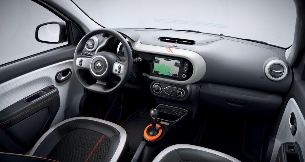 Los acentos en color naranja también están presentes en el interior de esta edición especial del Twingo Z.E., que será lanzada al mercado en Francia el próximo mes de septiembre.