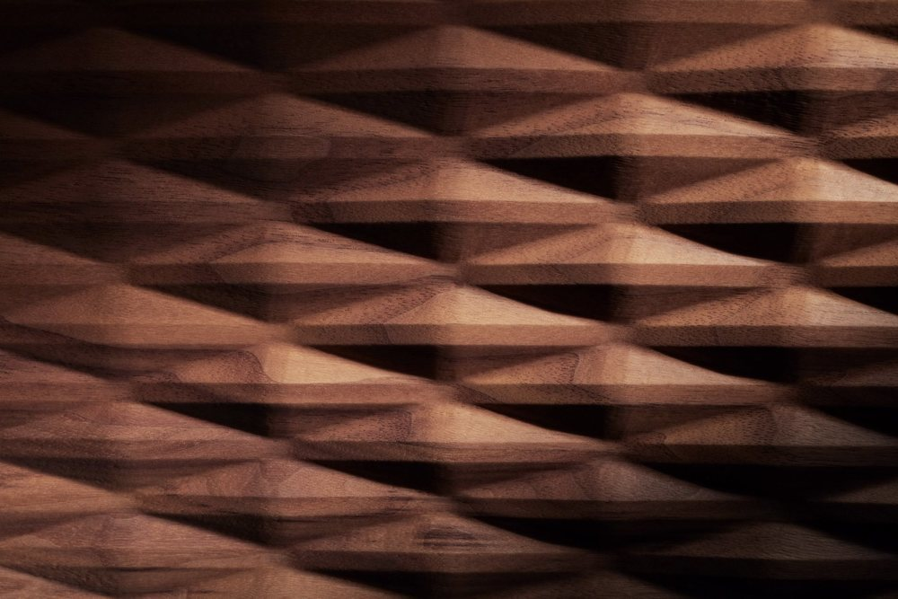 Estas molduras de madera tridimensional nacen a partir de una única pieza que el cliente puede elegir entre nogal americano o cerezo americano. Siempre de bosques sostenibles.