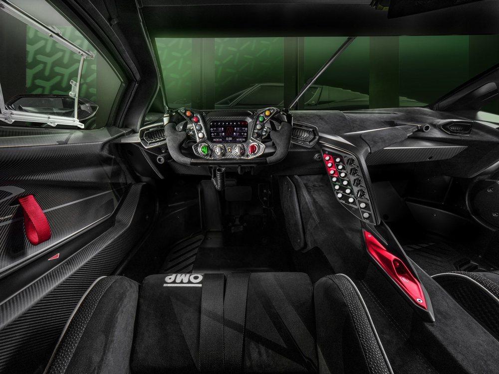 El interior cuenta con lo mínimo e indispensable para disfrutar de la conducción. Es por ello que no faltan asientos de carreras, arneses de seguridad, un volante inspirado en la F1 y un montón de botones para poner a tu gusto su chasis.