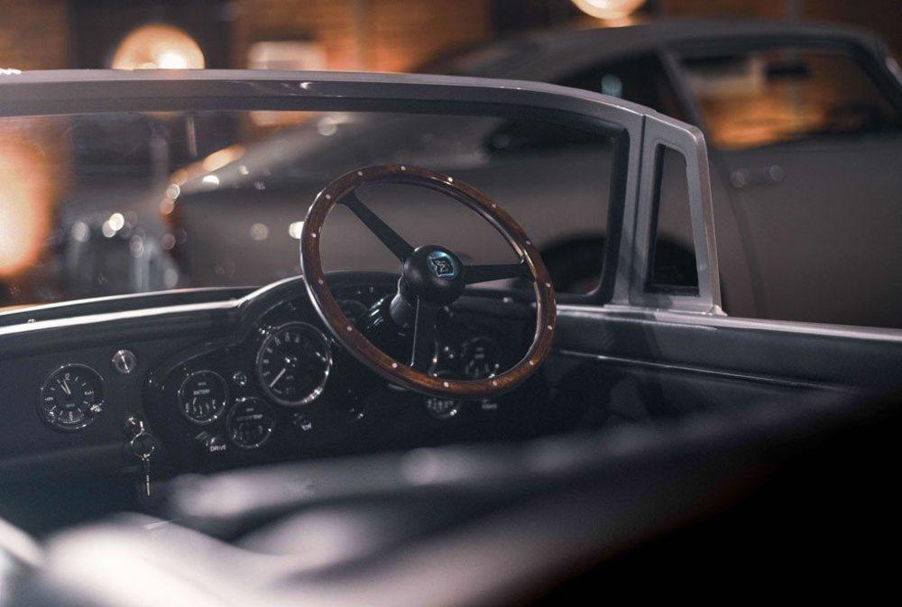 En el interior se han respetado los legendarios relojes Smiths, que ahora siguen siendo funcionales, solo que muestran detalles sobre su nueva mecánica eléctrica.