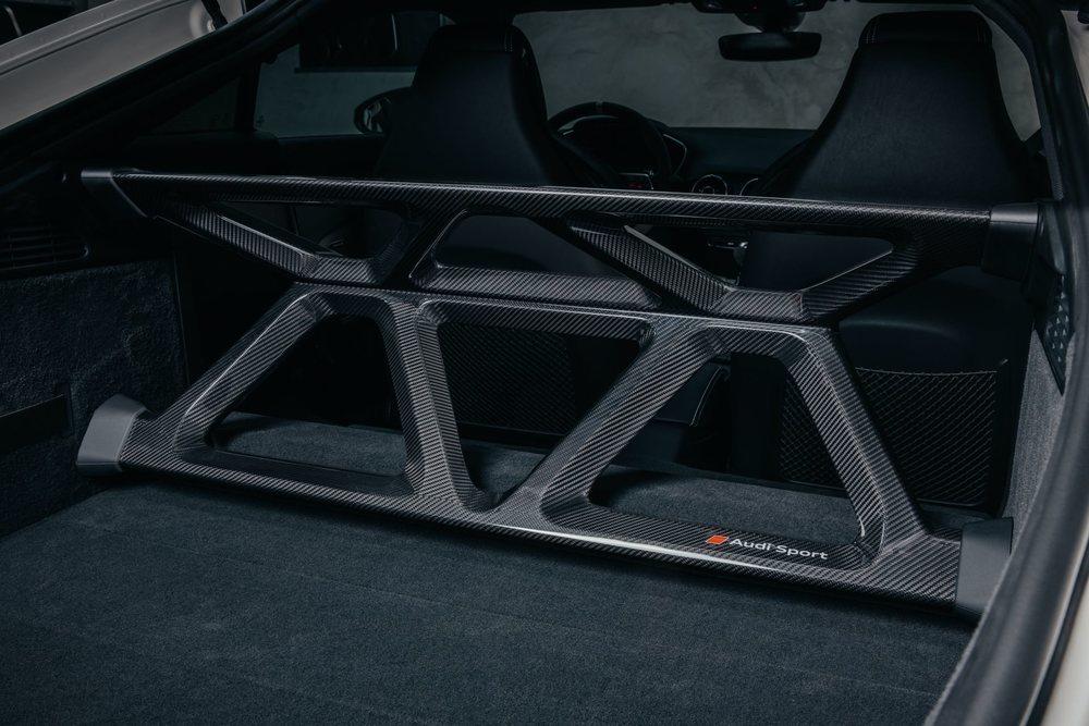 De forma opcional esta edición especial del Audi TT podrá solicitarse con este refuerzo estructural para el eje trasero, el cual está fabricado en fibra de carbono, lo que unido a la eliminación de los asientos, ahorra 16 kilos.