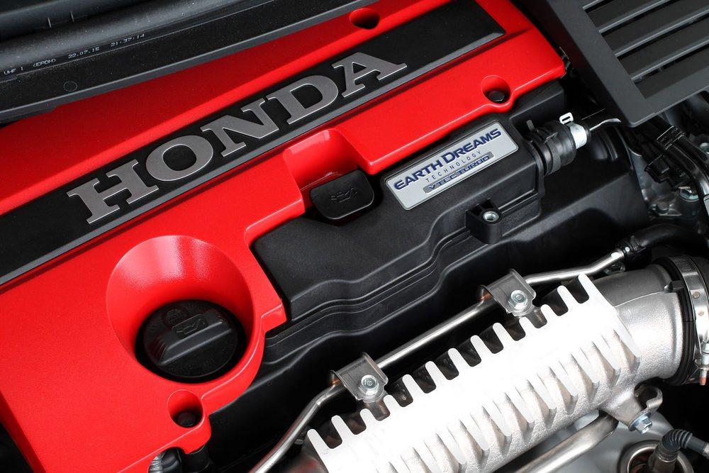 Con sólo dos litros de cilindrada, el motor es espectacular, incluso solo para admirarlo. Y cuando lo ponemos en marcha...