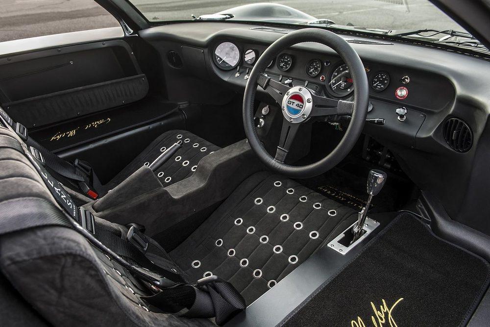 Los GT40 utilizados en Le Mans tenían el volante a la derecha y cambio manual, como éstos