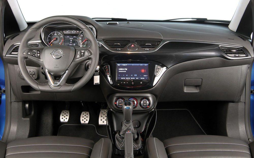El interior no deja duda, estamos ante la variante más deportiva de la gama Corsa.