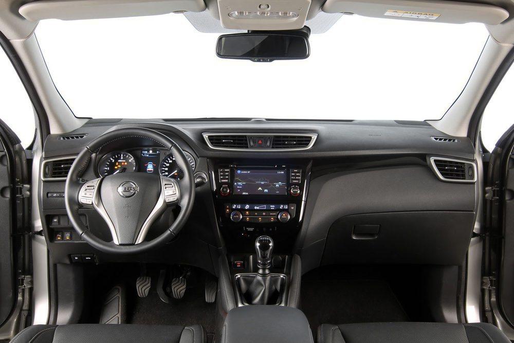 Nissan opta por un cuadro de instrumentos de aspecto más tecnlógico.