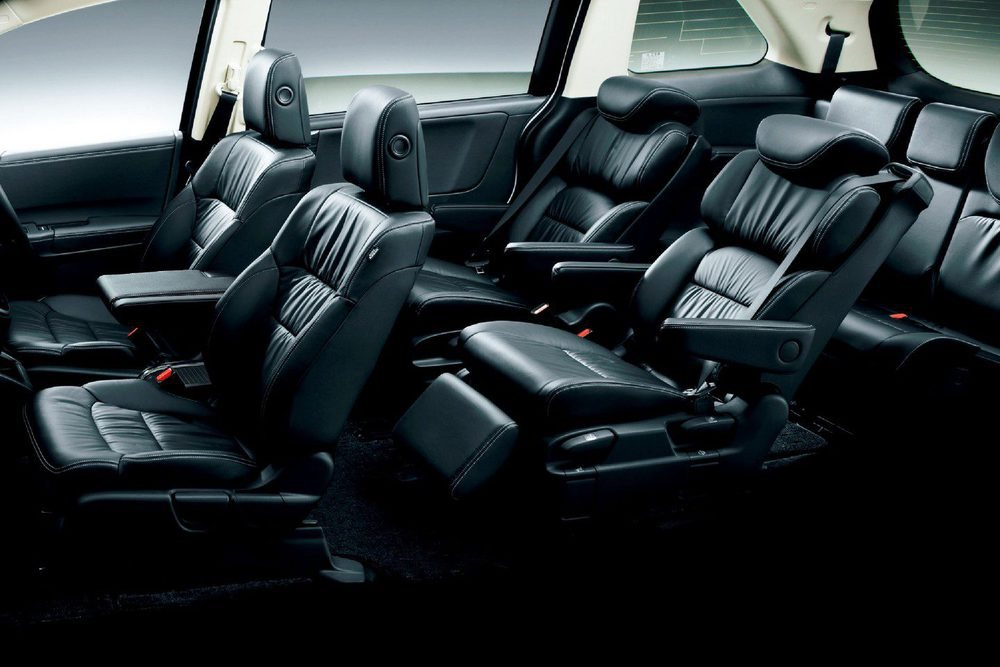 Las baterías se posicionan bajo los asientos delanteros, por lo que no afectan a su espacioso habitáculo
