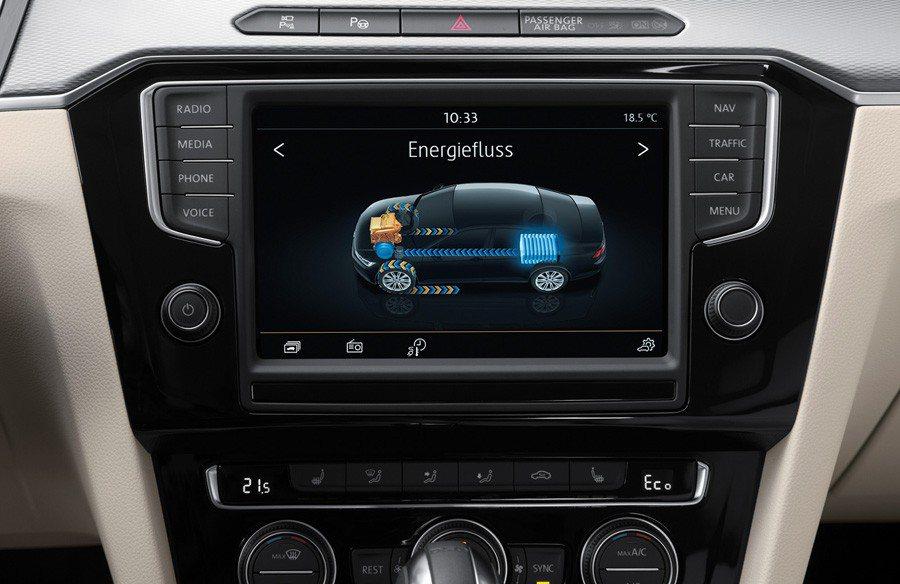 En la pantalla central aparecen informaciones sobre el funcionamiento de los dos motores del Volkswagen Passat GTE