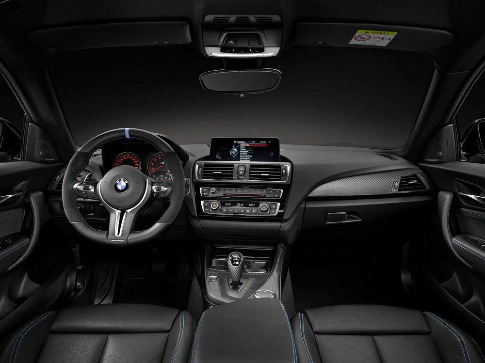 M Performance ha ideado dos volantes diferentes para este M2 Coupé. El de las imágenes se denomina M Performance PRO y combina cuero y alcántara