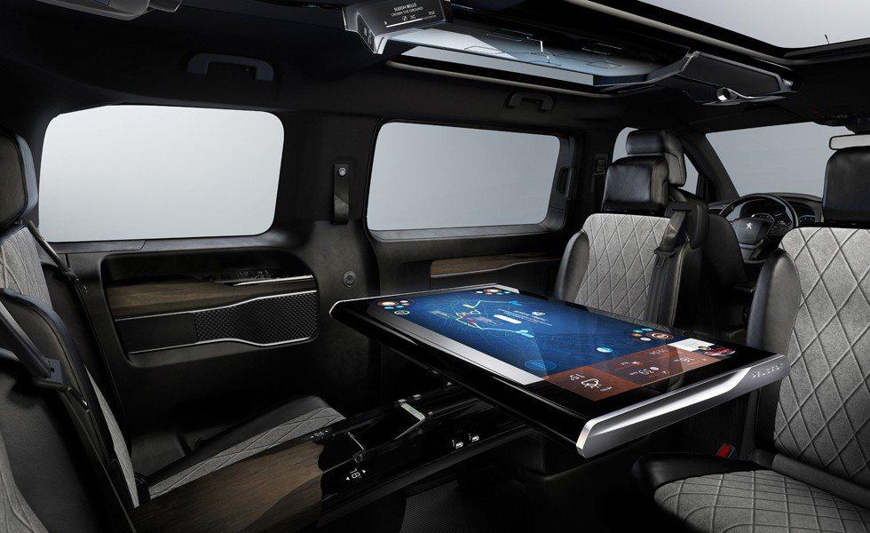 La mesa central en este tecnológico Traveller i-Lab no es otra cosa que un monitor de 32 pulgadas desarrollado por Samsung