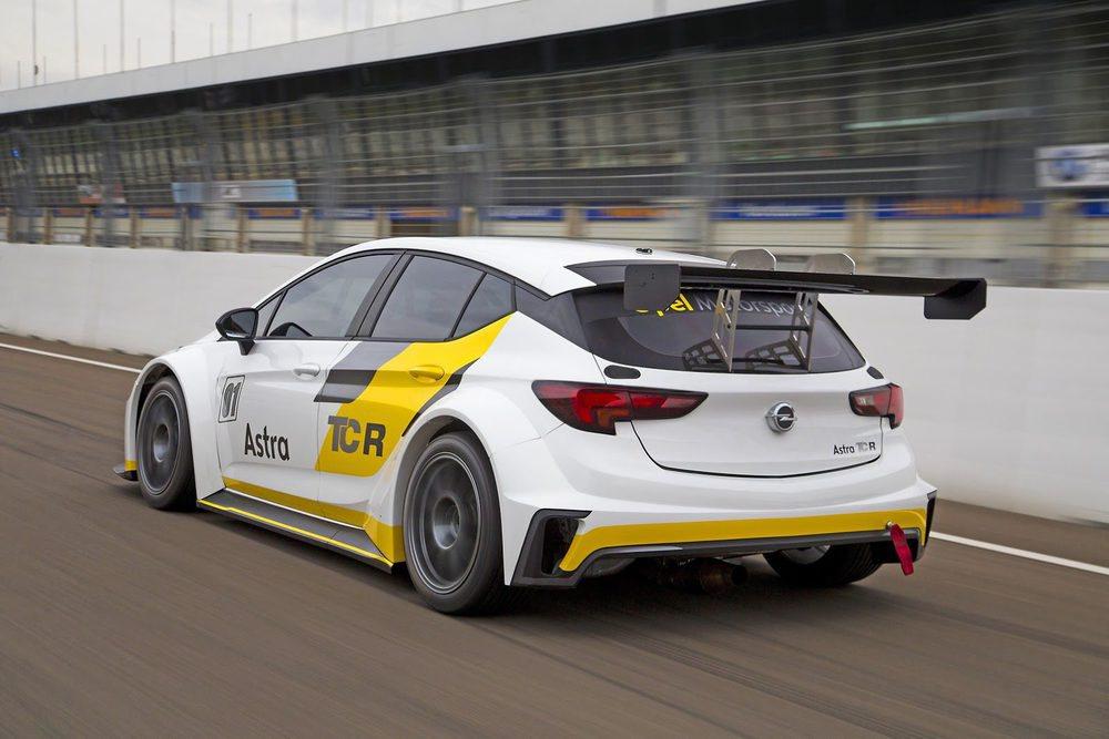Ha sido en el trazado de Estoril donde se han ultimado los detalles del desarrollo de este Opel Astra TCR, un bólido de competición con 330 CV y 1.200 kilos